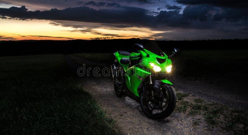 Motocykl - sceneria zmierzch w naturze zdjęcia stock