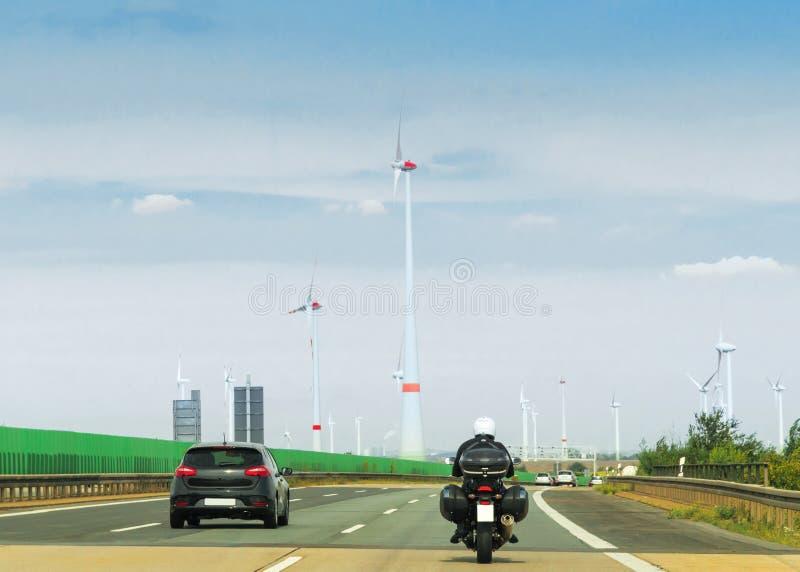 Motocykl wiatrowi mils na drodze w Szwajcaria i samochód obrazy royalty free
