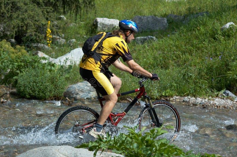 motocyklista creek góry obrazy royalty free