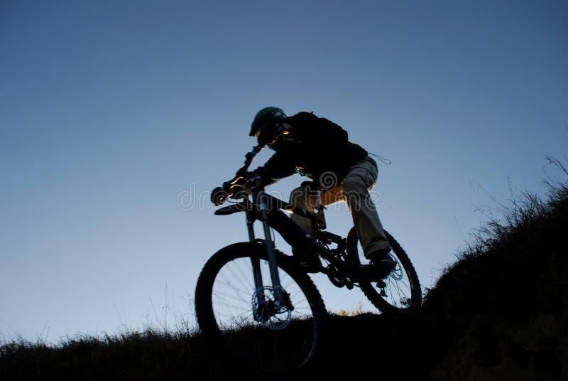 motocyklista góry sylwetka obraz royalty free