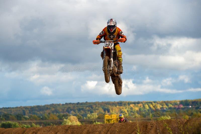 Motocyklista lata nad lasem zdjęcia royalty free