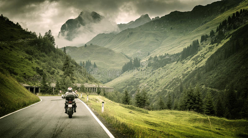 Motocyklista na górzystej autostradzie obrazy royalty free