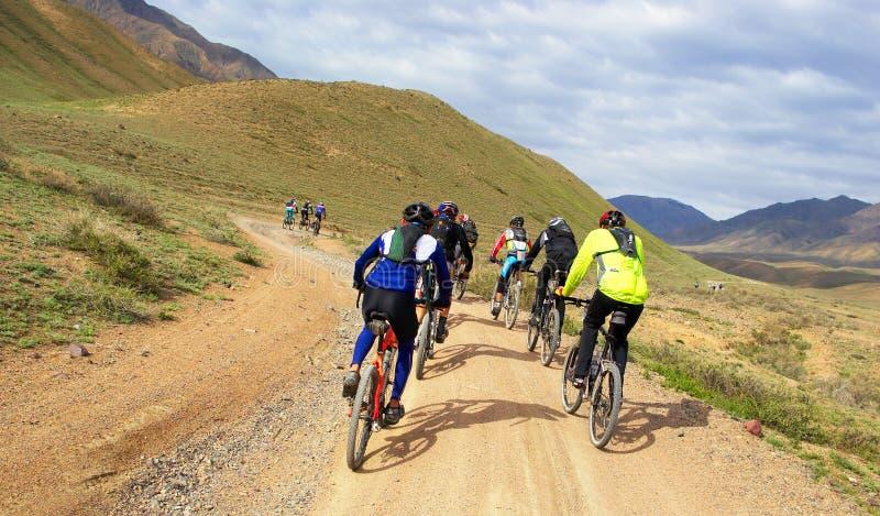 motocyklista pustyni grupy góry wyścigi obraz royalty free