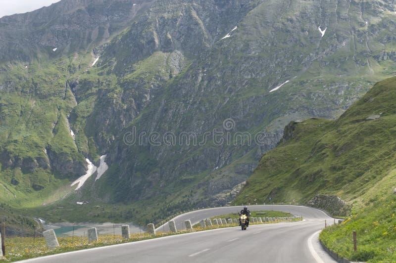 Motocyklista rosnący na skale obrazy royalty free