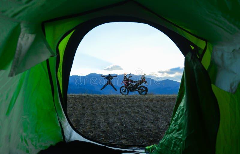 Motocyklisty podróżnik, przygoda, camping i eksploracja, zdjęcie stock