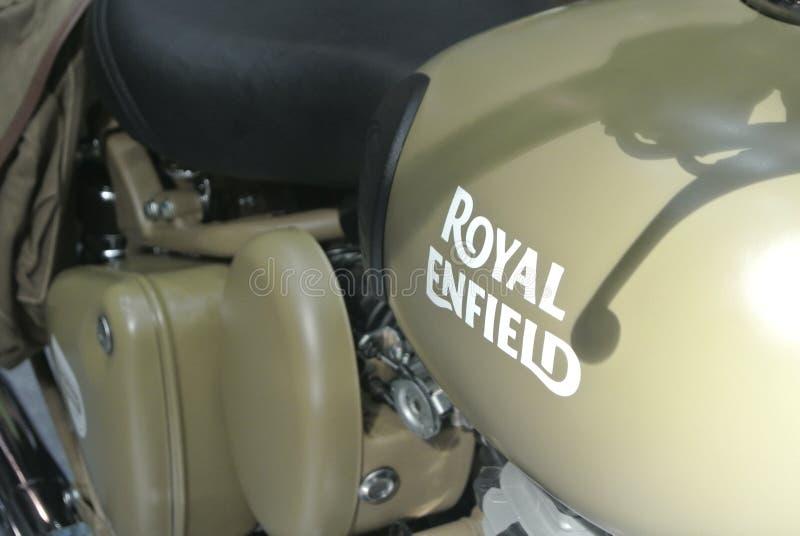 Motocyklowe marki ROYAL ENFIELD i logo w korpusie motocyklowym zdjęcia royalty free