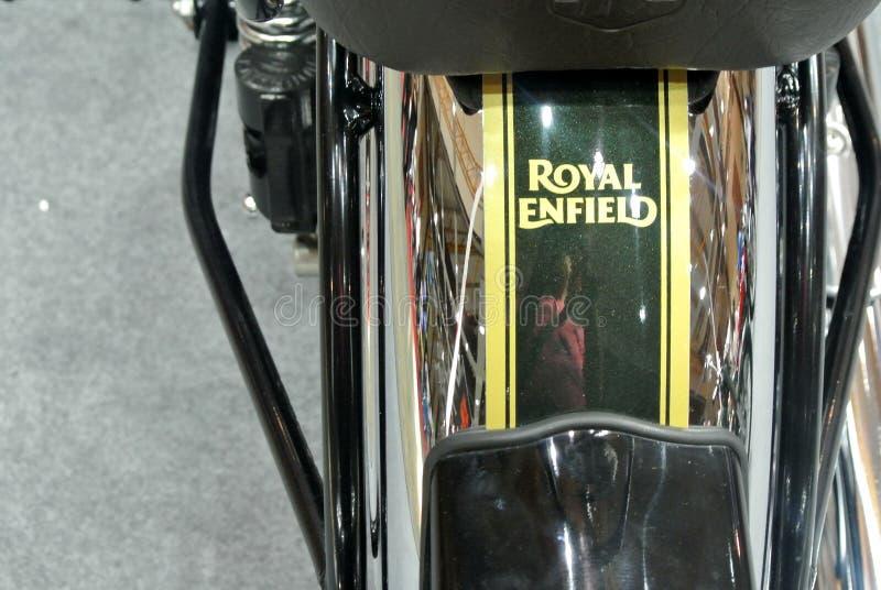Motocyklowe marki ROYAL ENFIELD i logo w korpusie motocyklowym obrazy stock