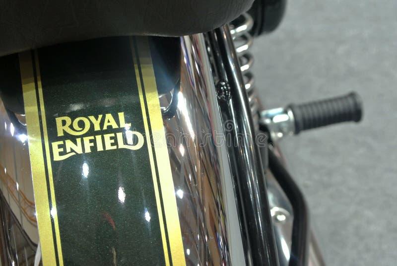 Motocyklowe marki ROYAL ENFIELD i logo w korpusie motocyklowym fotografia stock