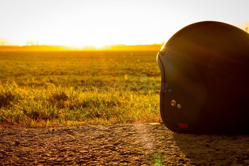 Motocyklu hełm w słońcu na ziemi obrazy stock