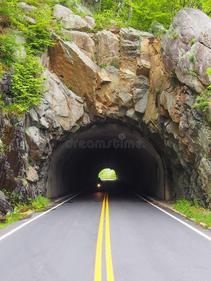 Motocyklu jeżdżenie wzdłuż linii horyzontu przejażdżki w Shenandoah dolinie zdjęcie royalty free