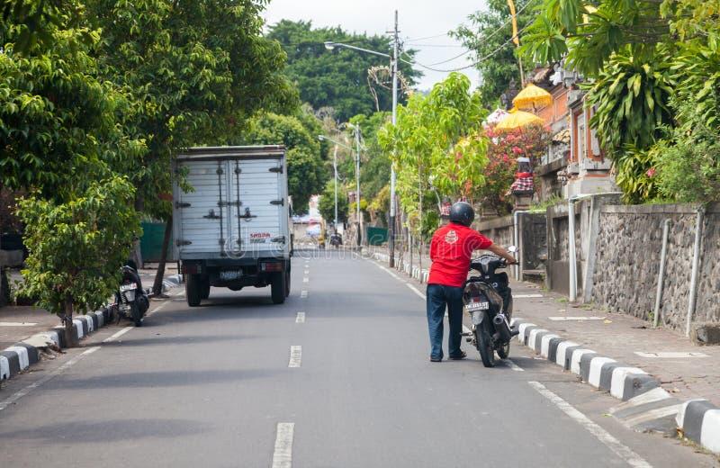motocyklu kierowca pcha jego motocykl na drodze zdjęcie royalty free