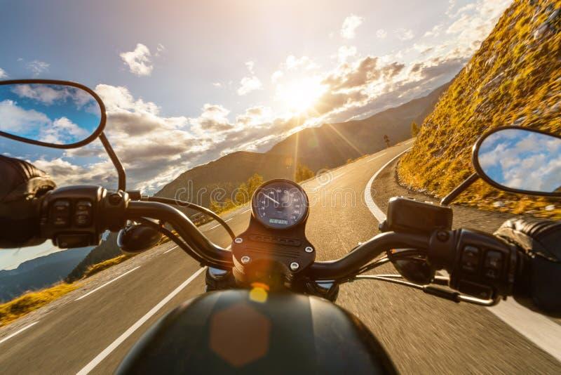 Motocyklu kierowcy jazda w Alpejskiej autostradzie, handlebars widok, Austria, Europa zdjęcia royalty free