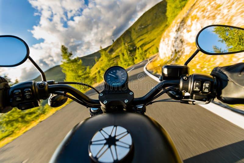 Motocyklu kierowcy jazda w Alpejskiej autostradzie, handlebars widok, Austria, Europa zdjęcia stock