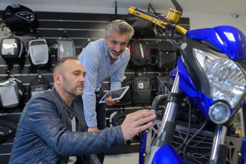 Motocyklu mechanika seansu zagadnienie klient obraz stock