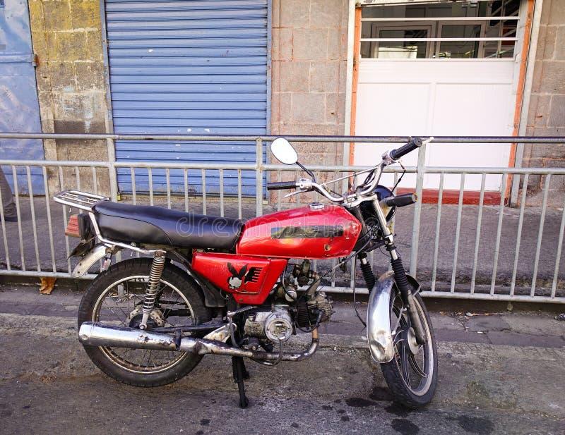 Motocyklu parking na ulicie w Portowym Louis zdjęcie stock