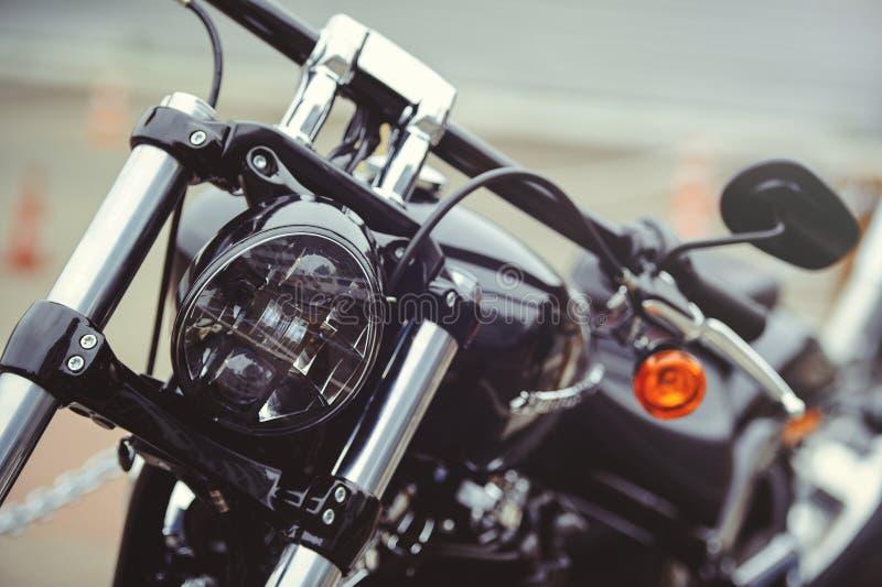 Motocyklu parking na widoku i zmierzchu drogowych, frontowych, wybiera tło ostrość fotografia royalty free