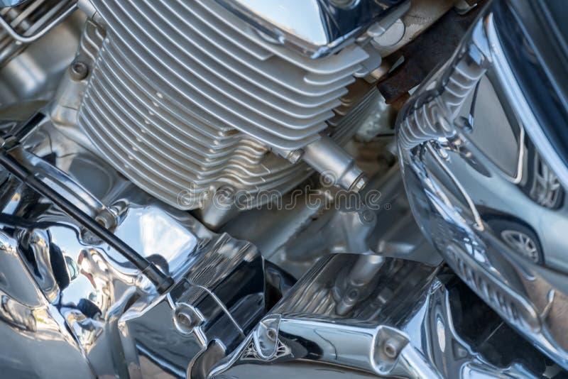 Motocyklu szczegół - chromowany parowozowego bloku i silnika cooler zakończenie obrazy stock
