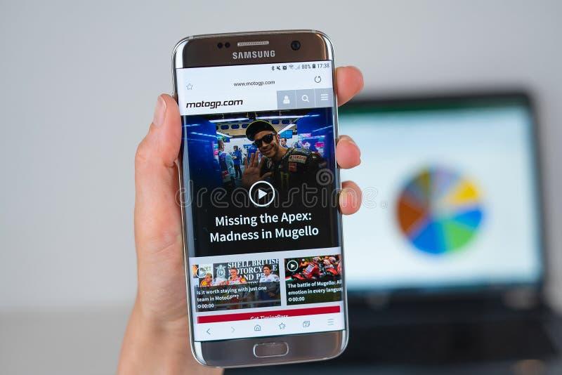 MotoGP公司网站在手机屏幕的 免版税库存照片