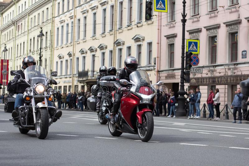 Motoparad Велосипедисты едут на главной улице Санкт-Петербурга на крутом и красивый стоковое фото