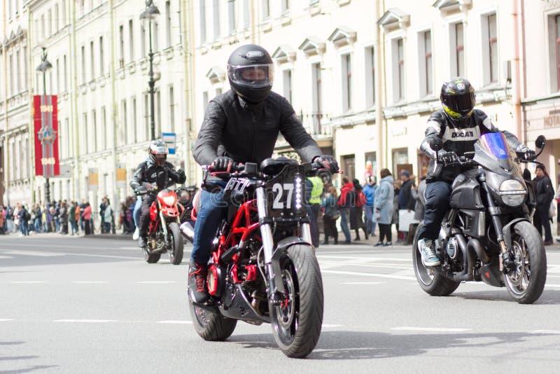 Motoparad Велосипедисты едут на главной улице Санкт-Петербурга на крутом и красивый стоковые изображения