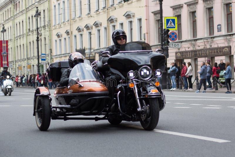 Motoparad De fietsers berijden op de hoofdstraat van St. Petersburg op steil en mooi royalty-vrije stock foto's