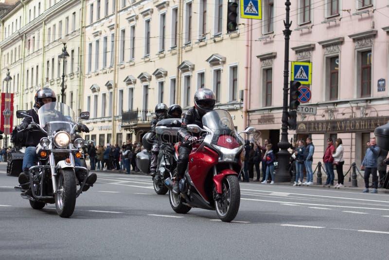 Motoparad De fietsers berijden op de hoofdstraat van St. Petersburg op steil en mooi stock foto