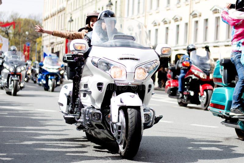 Motoparad De fietsers berijden op de hoofdstraat van St. Petersburg op steil en mooi royalty-vrije stock fotografie