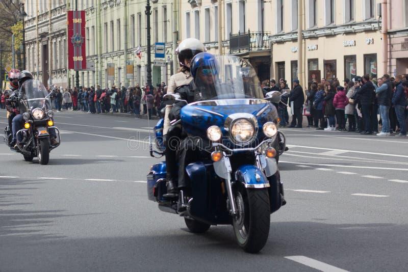 Motoparad De fietsers berijden op de hoofdstraat van St. Petersburg op steil en mooi stock fotografie