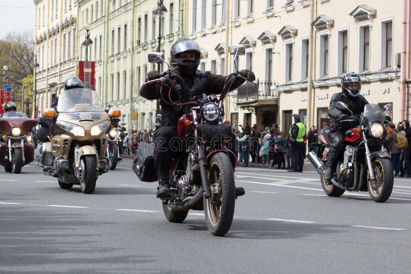 Motoparad De fietsers berijden op de hoofdstraat van St. Petersburg op steil en mooi royalty-vrije stock afbeelding