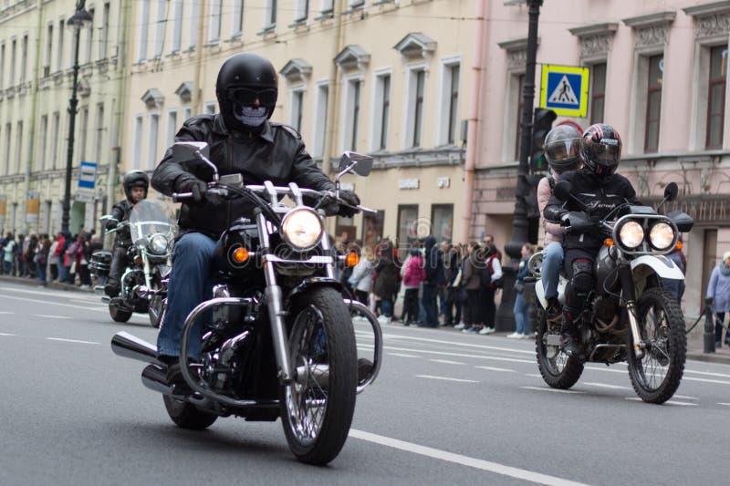 Motoparad De fietsers berijden op de hoofdstraat van St. Petersburg op steil en mooi stock afbeeldingen