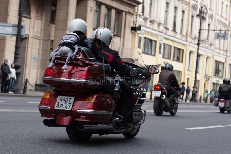 Motoparad De fietsers berijden op de hoofdstraat van St. Petersburg op steil en mooi royalty-vrije stock foto
