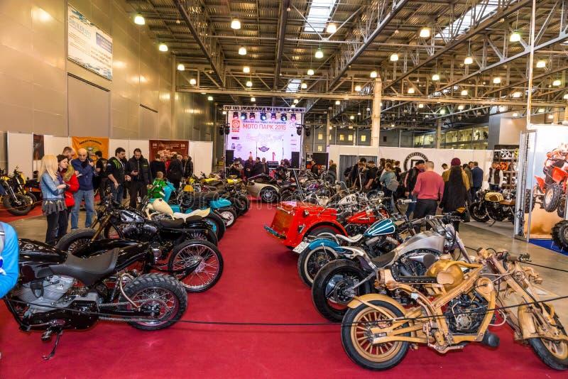 Motopark-2015 (bikePark-2015) Douanestreek De bezoekers letten op op de unieke motorfietsen royalty-vrije stock fotografie