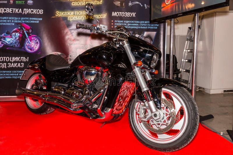 Motopark-2015 (BikePark-2015) Utställningställningen av att trimma motorcyklar (cyklar) Motorcykeln (cykel) med ljus royaltyfri foto