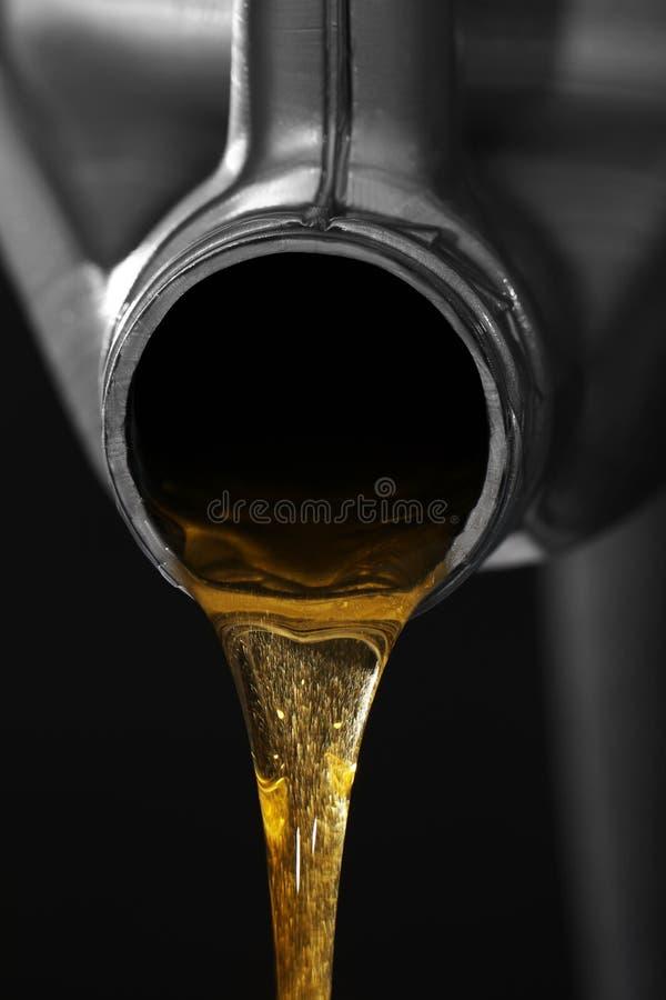 Motoröl, das aus Kanister ausläuft lizenzfreies stockbild