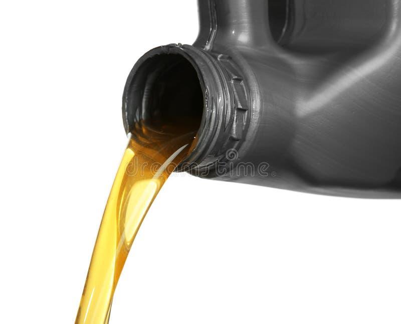 Motoröl, das aus Kanister ausläuft, stockbild
