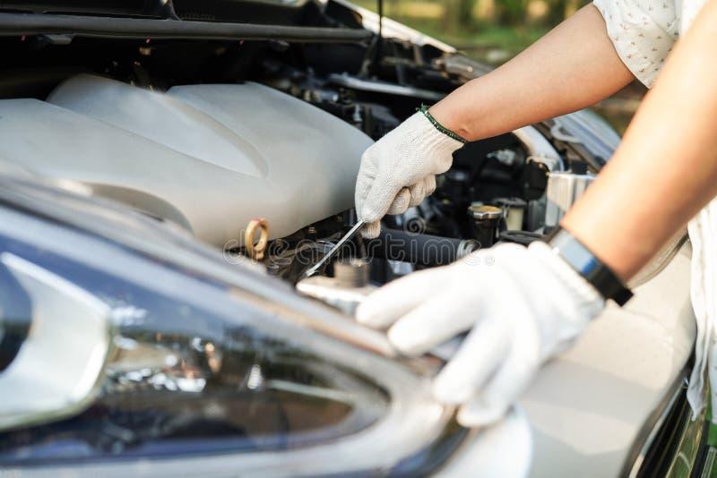 Motor abierto del mecánico de la capilla para comprobar y para reparar choque de coche del daño foto de archivo