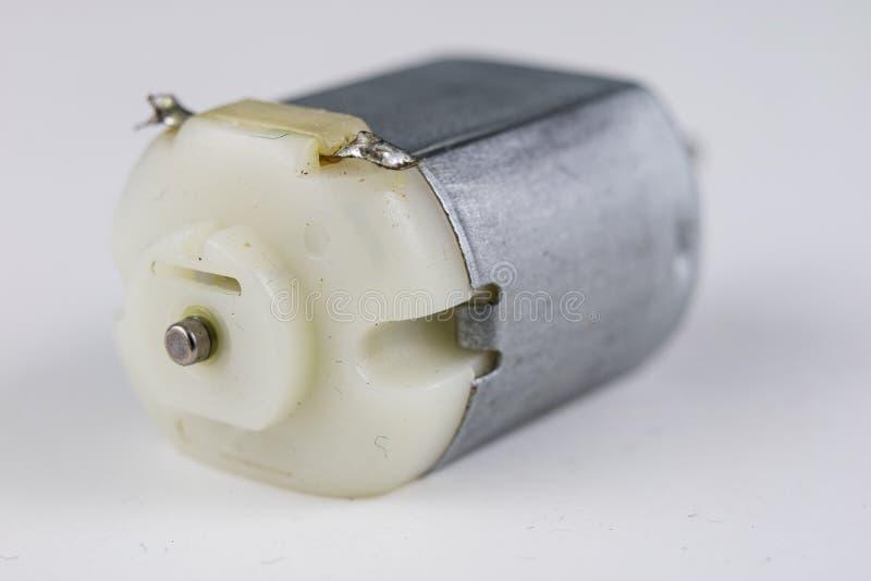 Motor bonde pequeno em uma tabela branca da oficina Movimentação elétrica u fotografia de stock