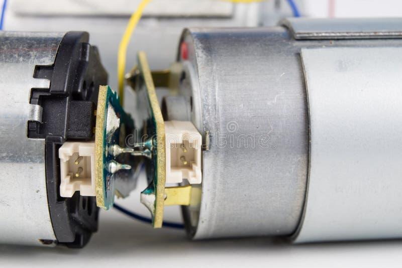 Motor bonde pequeno em uma tabela branca da oficina Movimentação elétrica u fotos de stock