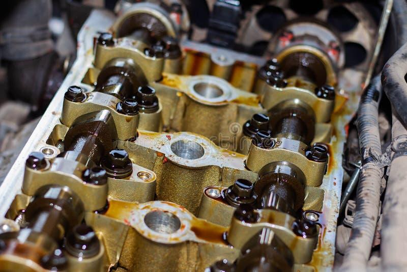 Motor a combustão interna desmontado, close-up da cabeça de unidade, substituição das gaxetas imagem de stock