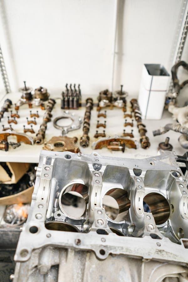 Motor a combustão interna, desmontado, reparo no serviço do carro, revisão Reparo na estação do serviço do carro gravata foto de stock
