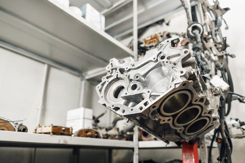 Motor a combustão interna, desmontado, reparo no serviço do carro, revisão Reparo na estação do serviço do carro gravata fotografia de stock royalty free