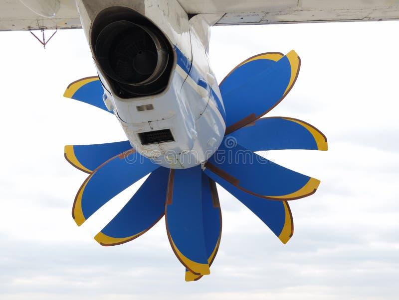 Motor con la hélice debajo del ala del aeroplano, vista posterior fotos de archivo libres de regalías