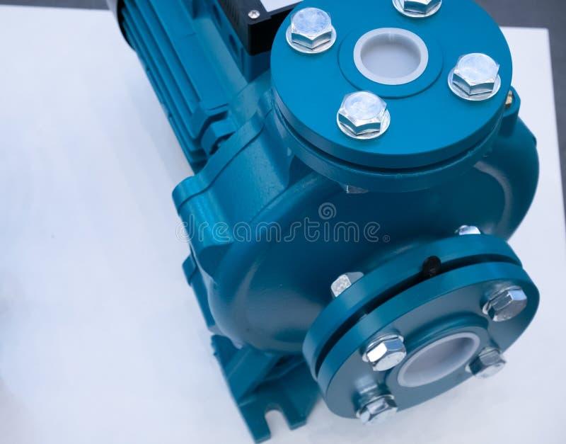 Motor da bomba de ?gua do close up na mesa branca equipamento da drenagem ou do hardware da irriga??o fotos de stock