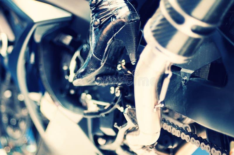 Motor da motocicleta com os carregadores modelo do salto elevado imagens de stock