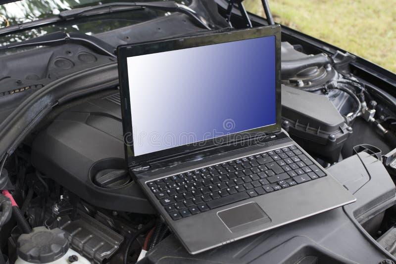 Motor de automóveis com o computador para o diagnóstico fotos de stock