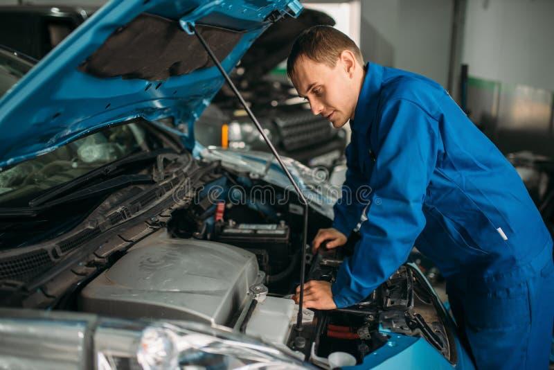 Motor de automóveis dos reparos do mecânico, motor diagnóstico fotos de stock