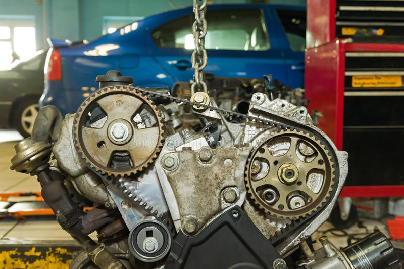 Motor de automóveis em um elevador imagem de stock royalty free