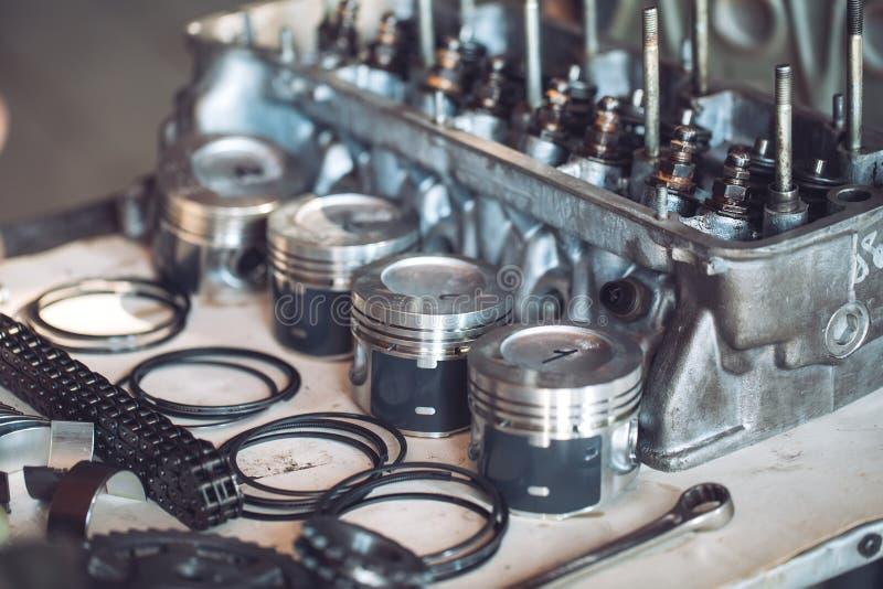 Motor de autom?veis desmontado Pistões, anéis, eixo de manivela Preste servi?os de manuten??o ? esta??o imagens de stock royalty free