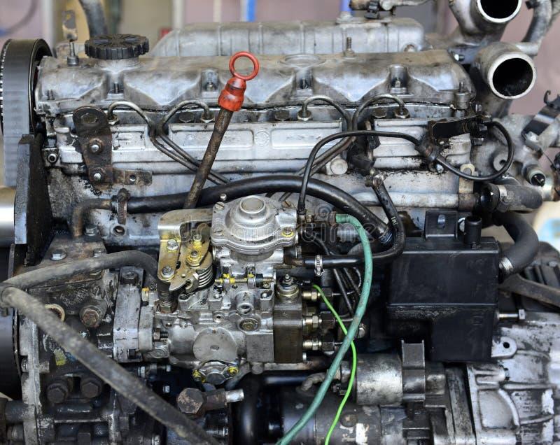 Motor de coche viejo sucio y polvoriento foto de archivo libre de regalías