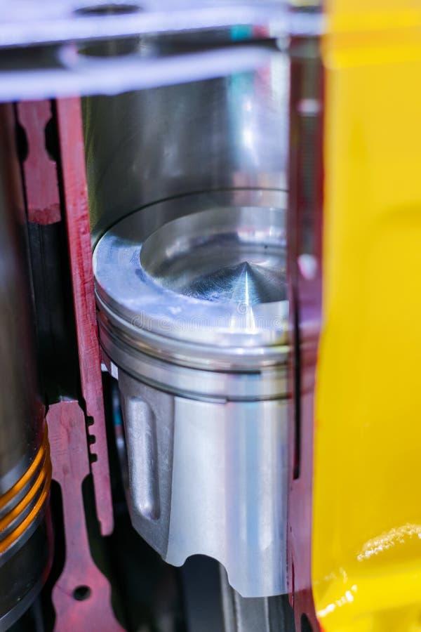 Motor de combustión interna, corte transversal El pistón en el trazador de líneas del cilindro, la cámara de combustión foto de archivo